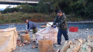 焼き場の薪割り。焼き場は山口獣医山口氏が中心となっています。
