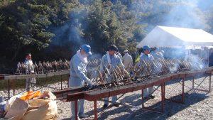 手作り串に魚をさしてじっくり焼いていきます。この日は暑くて焼き場担当の方はとても大変だったと思います(>_<)