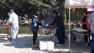 焼けた魚は保温しながらお皿に盛ります。連係プレーがお見事!