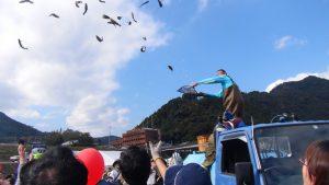 最後は名物イベント、魚撒き~!空から魚が降ってくる~!!