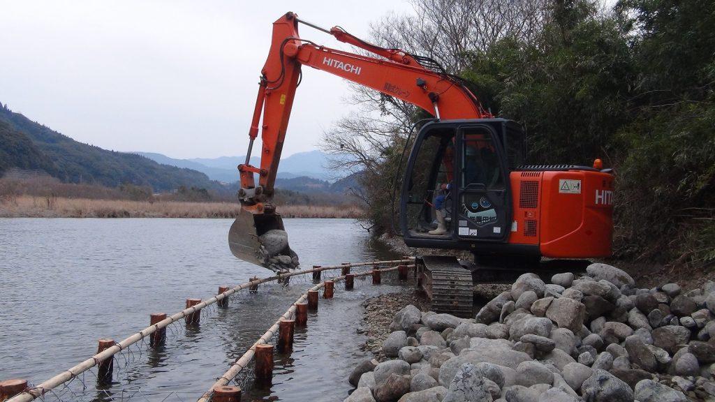 重機による石積み込み作業