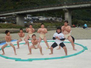 毎年わんぱく子ども相撲はコロナ対策により今年は中止し、延岡相撲連盟の岸本武氏による相撲稽古を披露していただきました。