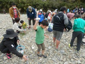色の付いた石を探した数だけ景品交換!子どもから大人まで必死に探していました。