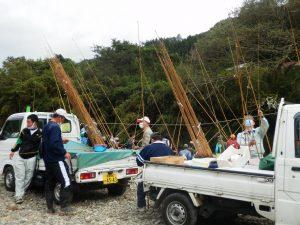 漁協役員やボランティアの方が竿の修理をしていただいています。