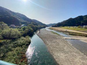 盛武組松田氏による釣り池造成。釣り池だけでなく、お客様が河原を歩きやすいよう3日かけて整地していただきました。ありがとうございました☆
